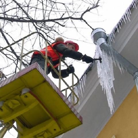 Балансодержателей просят расчистить крыши зданий от снега и сосулек