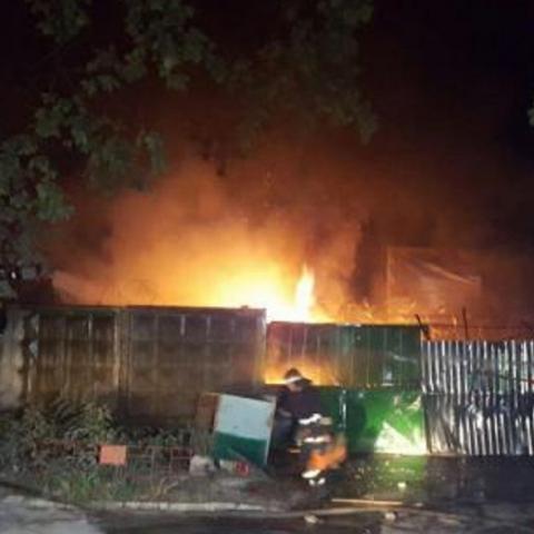 Бои и пожар на скандальной стройке в Киеве