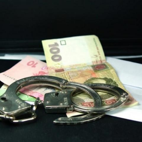 Чиновница исполнительной службы требовала взятку за снятие ареста с квартиры