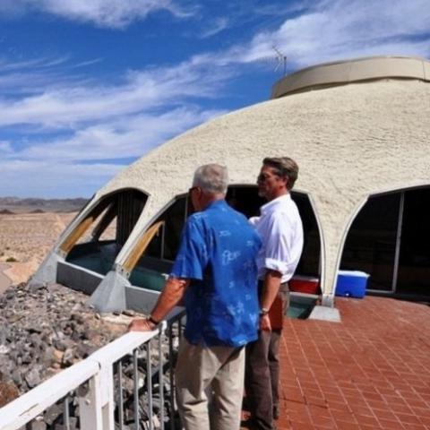 Дом на вершине вулкана в пустыне