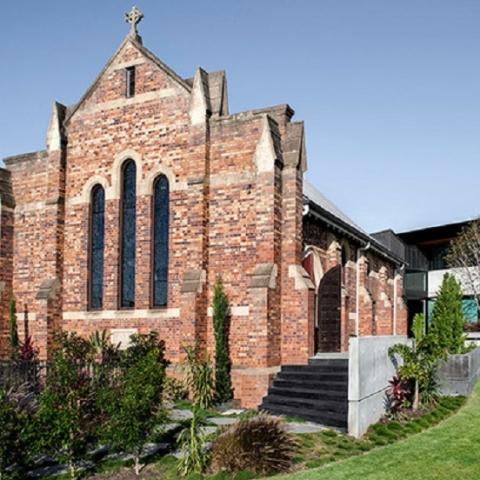 Как католическую церковь превратили в современный дом