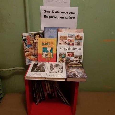 Как житель Оболони создал библиотеку в своем подъезде