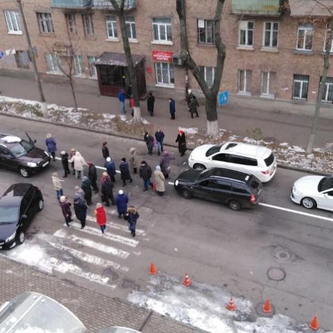 Киевляне продолжают перекрывать улицы из-за коммунальных проблем