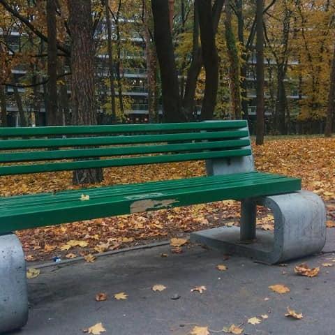 Киевские коммунальщики снова покрасили дизайнерские лавки