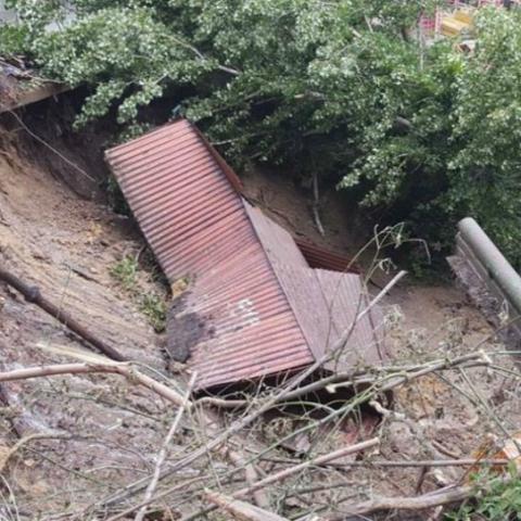 Коммунальщики обследуют сдвиг почвы на Мечникова
