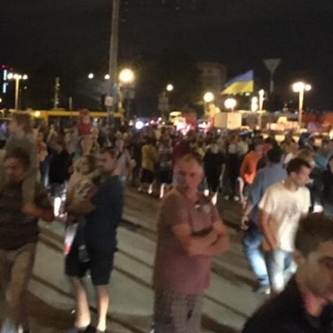 Люди перекрыли дорогу в знак протеста против строительства над метро