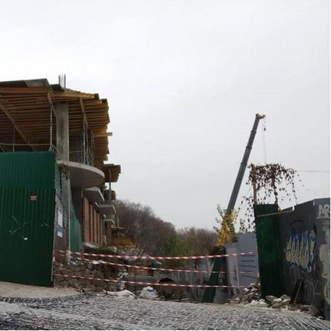 На Андреевском спуске демонтировали кран на скандальном строительстве
