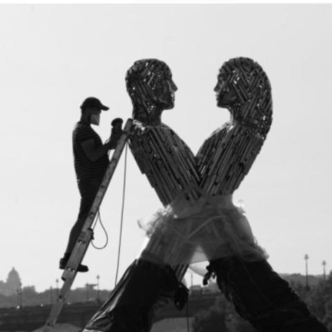 На Дніпровській набережній з'явилася незвичайна скульптура Єднання