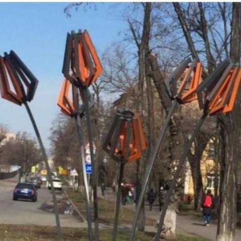 На Харьковском шоссе установили арт-объекты из мусора