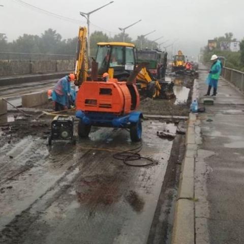 На мосту Метро через Русановский пролив начали ремонт. С утра отмечаются пробки