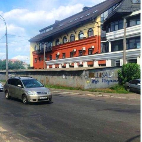 На Нивках в Киеве со скандалом и стрельбой сносят гаражи для обустройства дороги