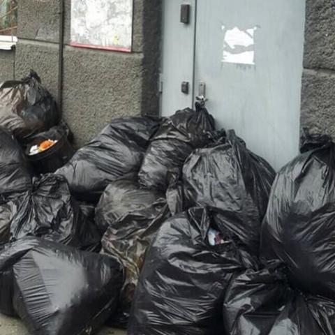 На Печерске жители закидали мусором ЖЭК