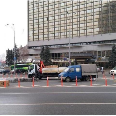 На площади Победы установили ограничительные столбики