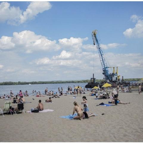 На пляжи Киева завезли новый песок