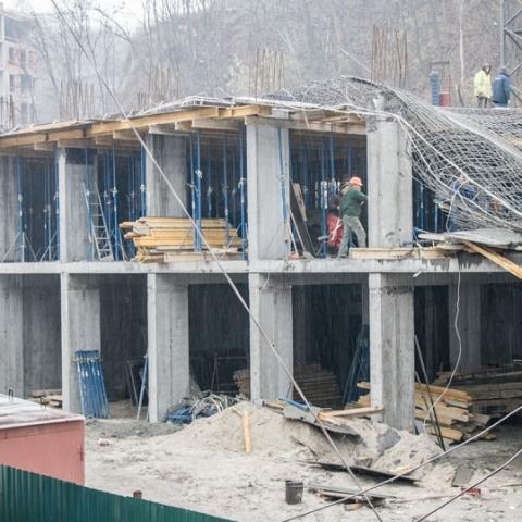 На Воздвиженке обвалилось перекрытие строящегося дома