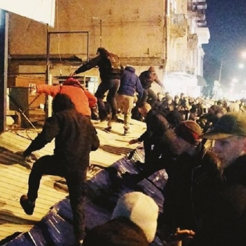 «Национальный корпус» снес забор вокруг застройки Сенного рынка