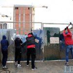 «Национальный корпус» снова снес забор вокруг застройки Сенного рынка