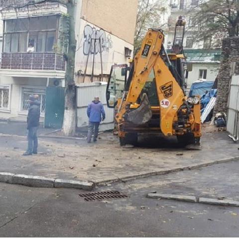 Несмотря на запрет застройщик продолжает незаконное строительство на Бессарабке