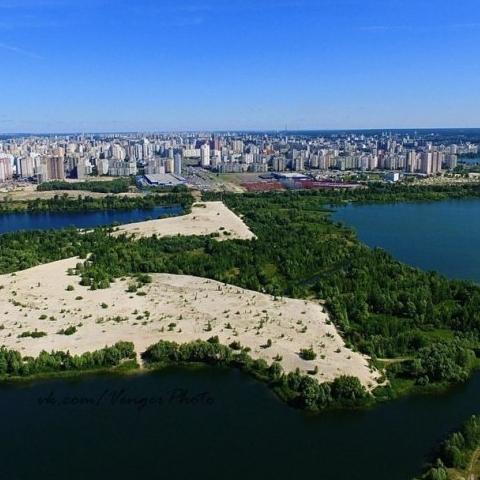 Комиссия Киевсовета поддержала разрыв договора аренды земли с застройщиком ЖК Патриотика на озерах