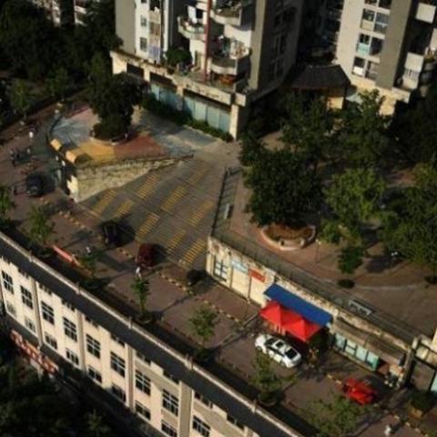 По крыше здания проложили автомобильную трассу