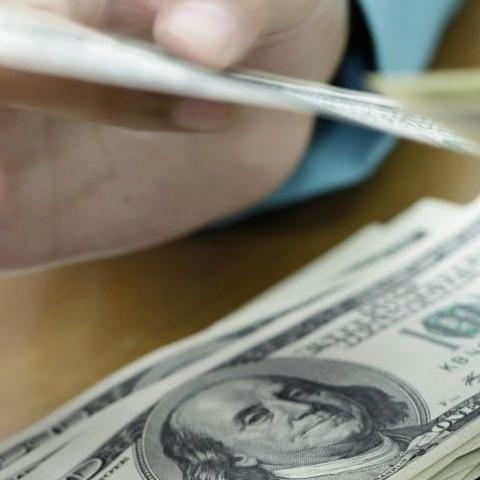Цены в долларах на квартиры на вторичном рынке за год снизились на 4