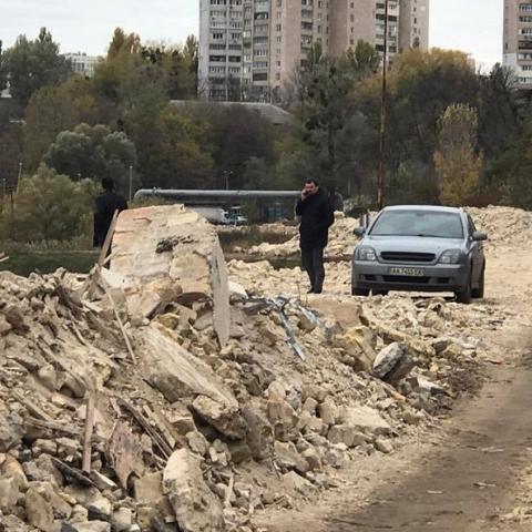 Пруды в Соломенском районе засыпают строительным мусором