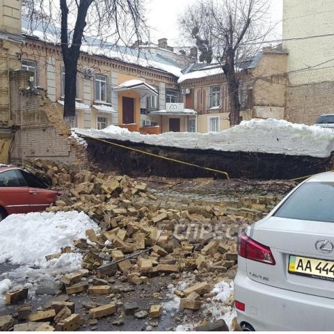 Рядом с жилым домом обвалилась кирпичная стена