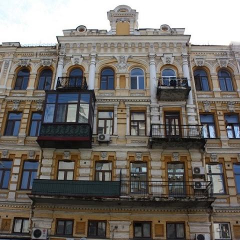 Стеклить балконы в исторических зданиях могут запретить