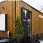 Tesla показала свой мобильный энергонезависимый дом