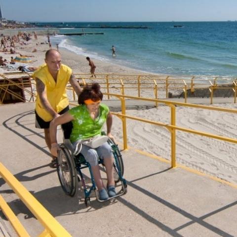 Українські пляжі хочуть зробити зручними для маломобільних категорій населення