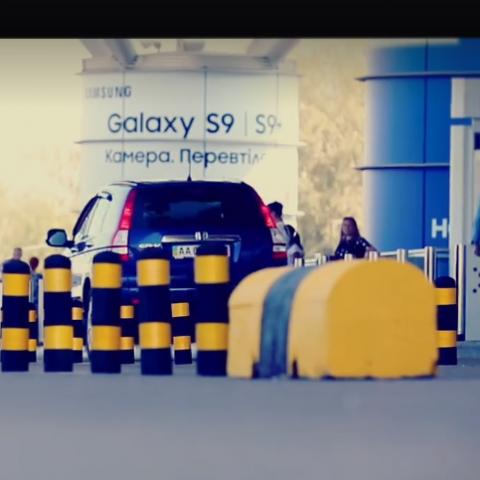 В аэропорту Борисполь установили гибкие столбики для разделения потока транспорта возле терминала D. Видео