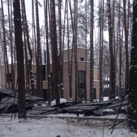 В Буче активисты снесли забор вокруг имения застройщика
