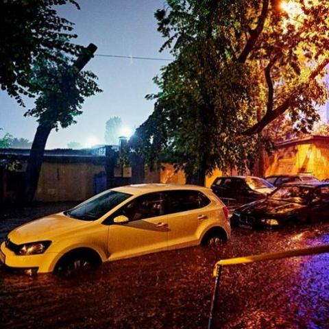 В Киеве из-за сильной грозы падали деревья и электрические столбы. Фото