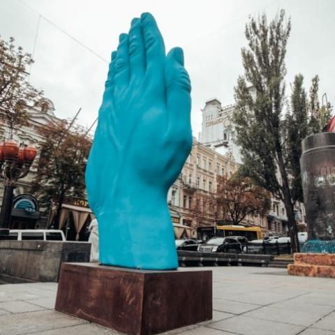 В Киеве на Бессарабке появился памятник синей руке