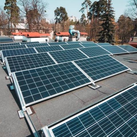 В Киеве на крыше детсада установили солнечную электростанцию
