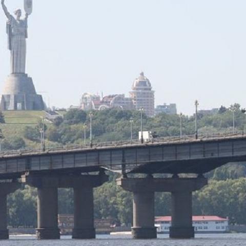 В Киеве ограничат движение на мосту Патона