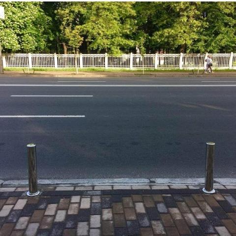 В Киеве отделяют столбиками тротуары от проезжей части
