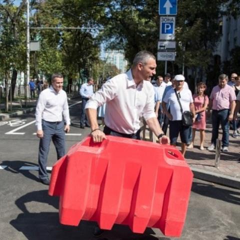 В Киеве открыли движение по улице Леонтовича