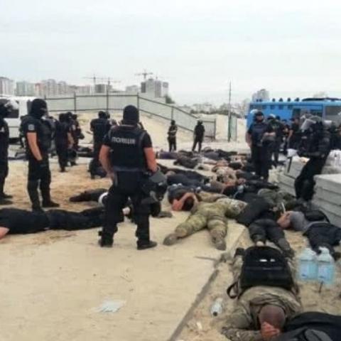 В Киеве  полиция задержала около 40 вооруженных молодчиков возле скандальной стройки на Осокорках
