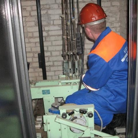 В Киеве за год отремонтировали лишь 268 лифтов