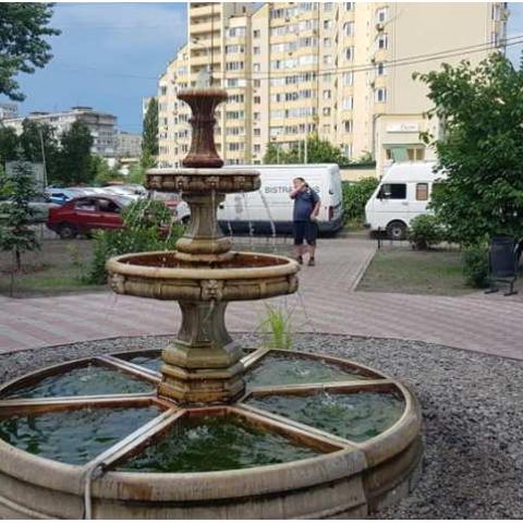 В Києві на Лівому березі відкрили новий сквер з фонтаном