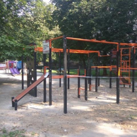 В Святошинском районе устанавливают бесплатные спортплощадки