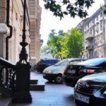 В Украине запретят проектировать временные стоянки на тротуарах