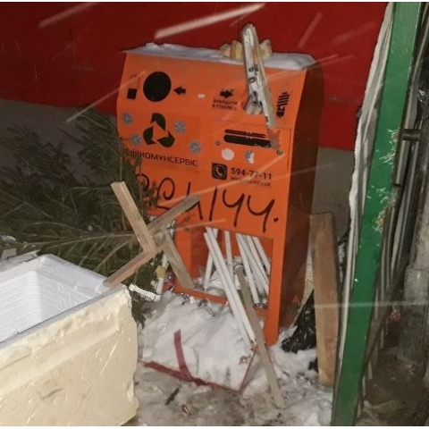 Вандалы ломают контейнеры для опасных отходов и забирают из них старые батарейки и лампы