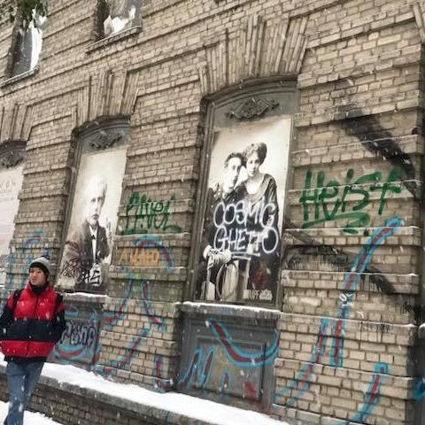 Вандалы зарисовали редкие ретрофото на историческом здании в центре Киева
