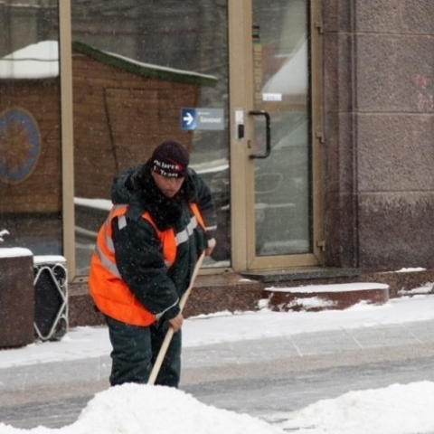 Владельцев территории накажут за неубранный снег