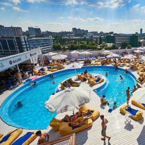 ЖК Киева рядом с открытыми бассейнами: где удобно отдыхать у воды